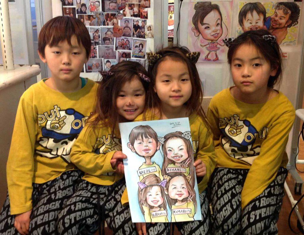 兄弟姉妹4人の似顔絵はお揃いの服でかっこよく仕上げました!