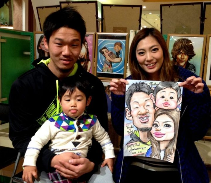 似顔絵師の出張、派遣、似顔絵イベント、イラスト対応のご依頼も!!2さいの誕生日にご家族で似顔絵のご注文です。