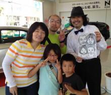 作画したご家族と一緒に!楽しい出張似顔絵パフォーマンスの一齣です。