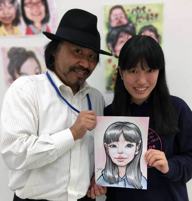 似顔絵初体験の女子中学生とツーショット