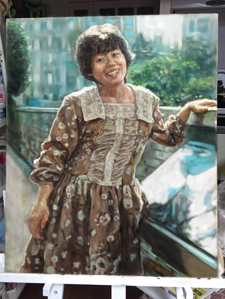 背景に風景を入れた、油絵肖像画、印象派風のタッチです。